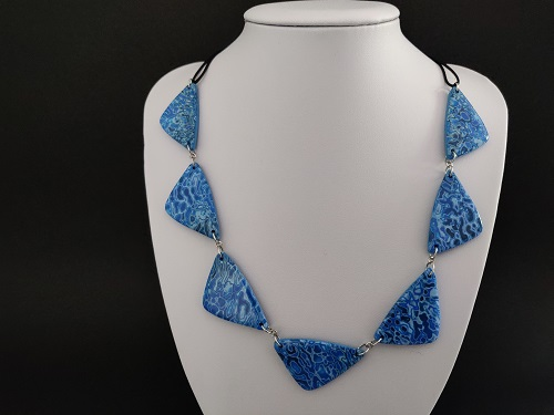 Collier triangle bleu