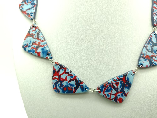 Collier bleu rouge triangle