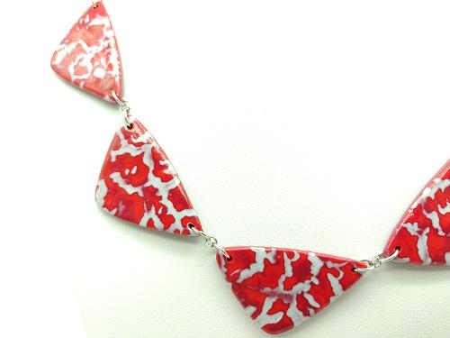 Collier bordeaux rouge triangle